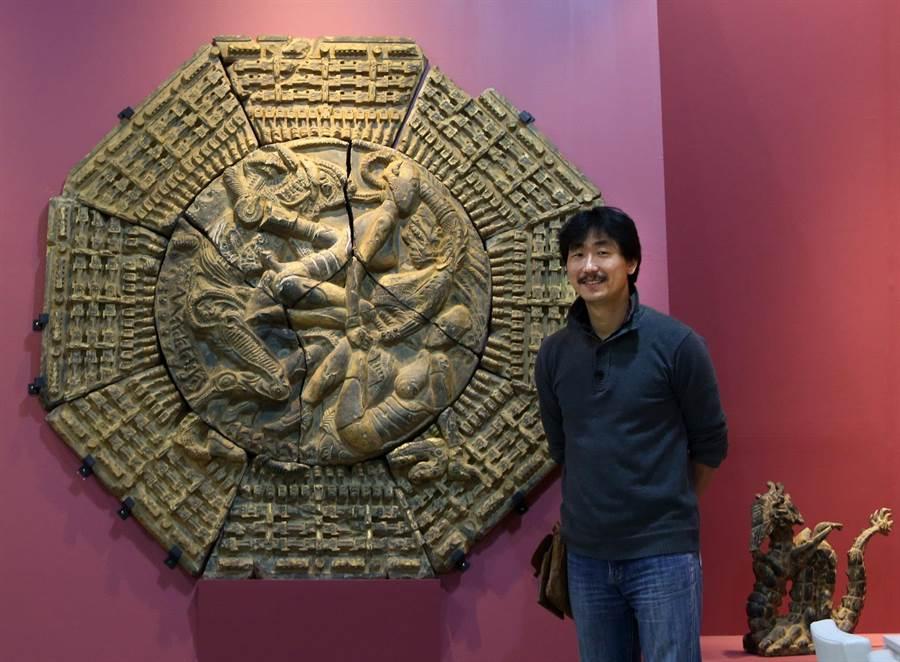 藝術家涂維政(右)創作《搜櫺卦》(中)夸石上金箔作品。(王錦河攝)