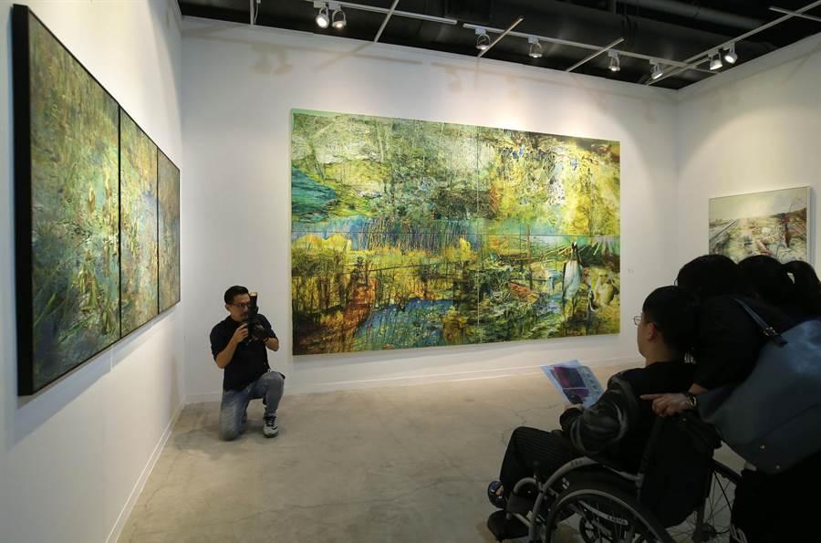 藝術家李英偉創作《等待後花園》油畫(中),吸引民眾觀賞。(王錦河攝)