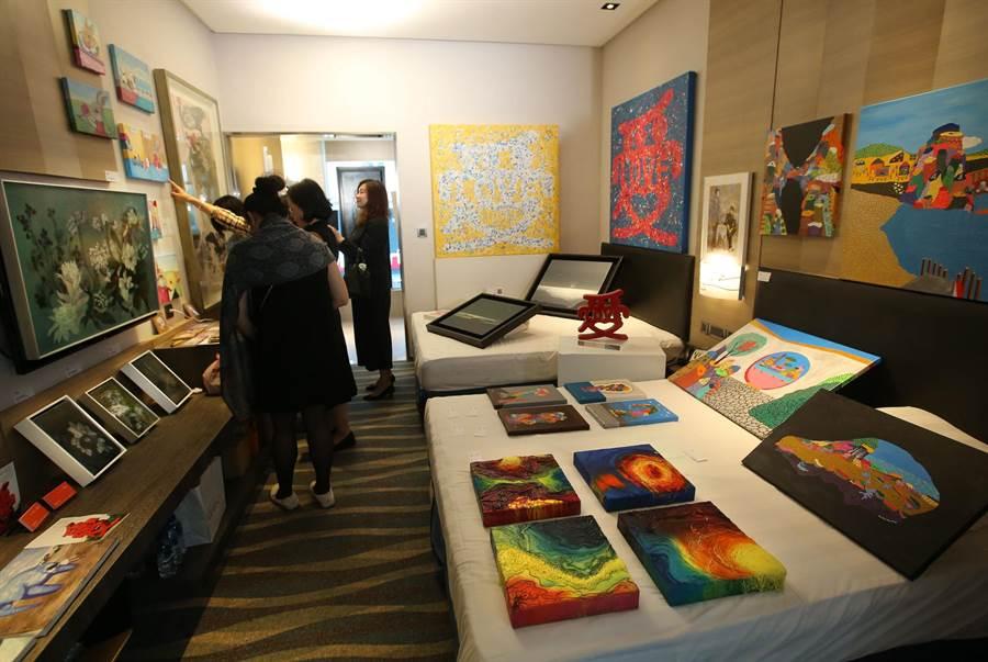 城市商旅真愛館共58間商務套房內展示各家藝廊的作品,吸引民眾參觀。(王錦河攝)