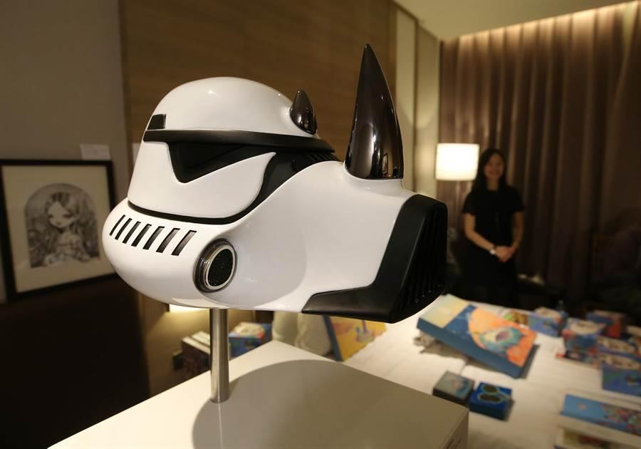 藝術家 Blank William 以星際大戰白武士發想創作《The New Order Rhino》奈米噴鍍不鏽鋼作品。(王錦河攝)