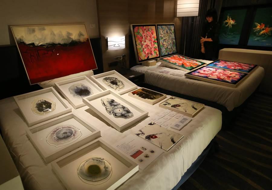 城市商旅真愛館共58間商務套房內展示各家藝廊的作品,藝術家游淑媛創作《相遇》(左)複合媒材系列作品。(王錦河攝)