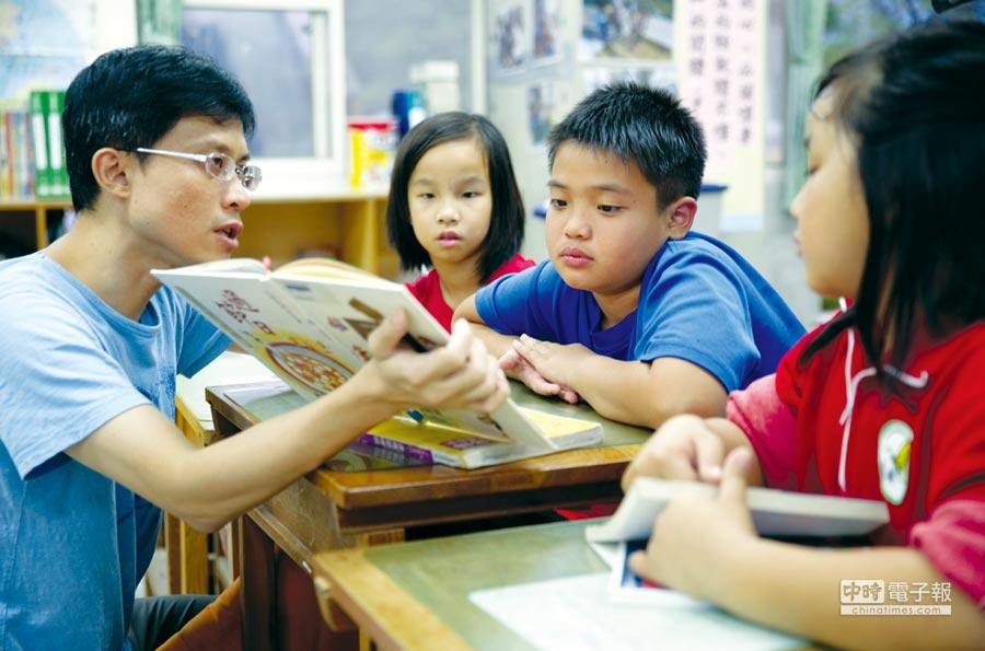 台東池上萬安國小老師陳志明積極推動學生閱讀。圖/業者提供