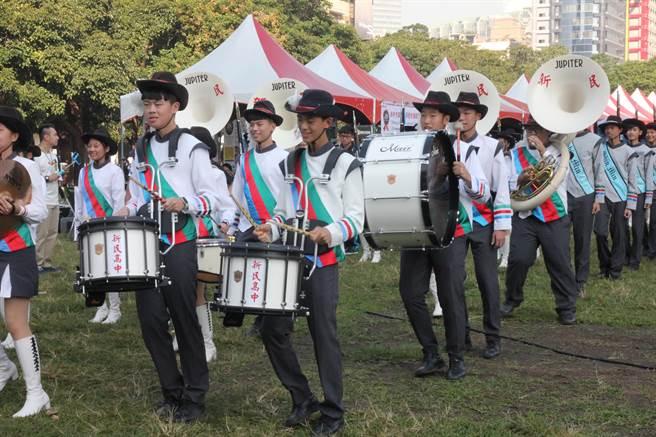 「世界人權日嘉年華」活動在草悟道號召千人踩街,在樂儀隊領隊下熱鬧展開遊行。(陳淑芬攝)