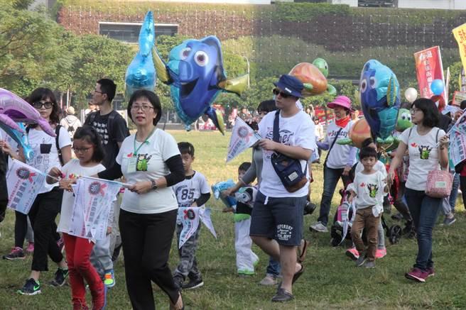 「世界人權日嘉年華」千人遊行,兒童人權隊伍中有親子攜手熱情參與,相當溫馨。(陳淑芬攝)