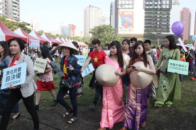 「世界人權日嘉年華」踩街遊行,外國移工也到場參與。(陳淑芬攝)