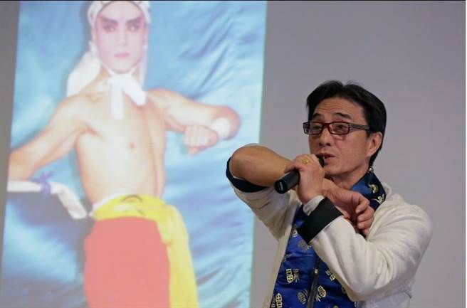 一心戲劇團創辦人、國寶歌仔戲武生孫榮輝(見圖)11日舉行歌仔戲薪傳講座,一舉一動皆吸引戲迷目光。(方濬哲攝)