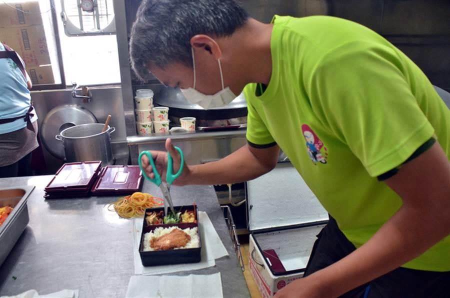 聖母醫院部落廚房,每天送給1000位偏鄉部落獨居或身障老人,一天中最溫飽、最營養的一餐。同時提供年輕人返鄉工作機會。中央社記者盧太城台東攝 105年12月11日