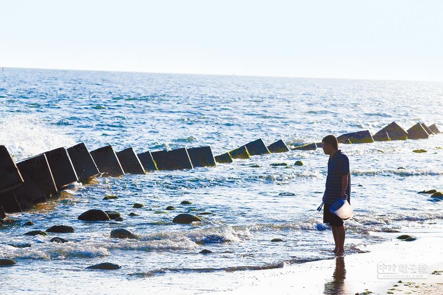 台灣海岸退縮問題日益嚴重,黃金海岸邊布滿消波塊防堵,但海岸美景也因此變調。(莊曜聰攝)