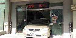 女子到派出所報案太緊張 倒車撞破玻璃門