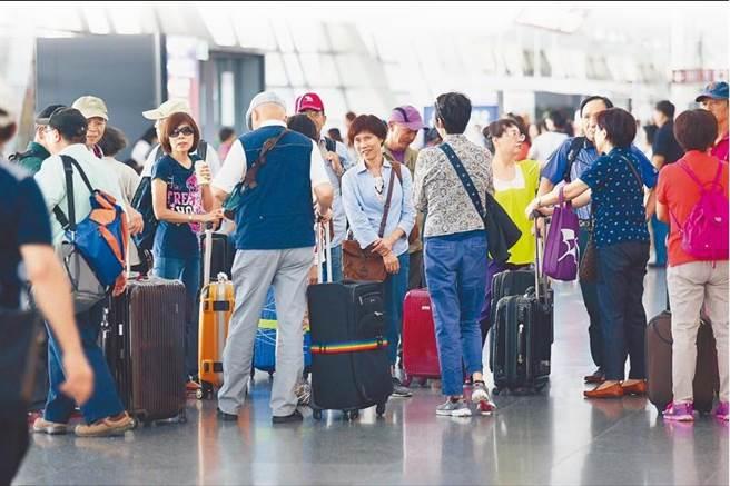 為了紓解日益擁擠的桃機旅客量,桃機公司將興建第四航廈,107年完工啟用,年旅客量可增加500萬人次。圖為桃園機場第一航廈出境旅客。(資料照片 陳信翰攝)