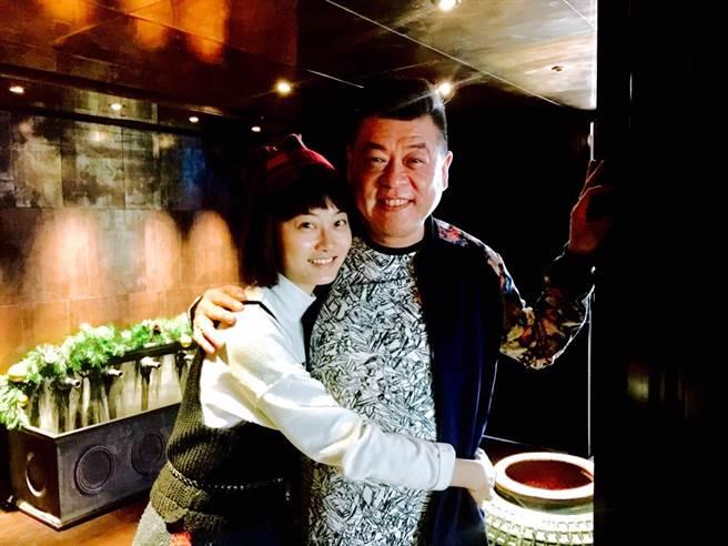 趙小僑幫孫德榮慶56歲生日。(修毅提供)