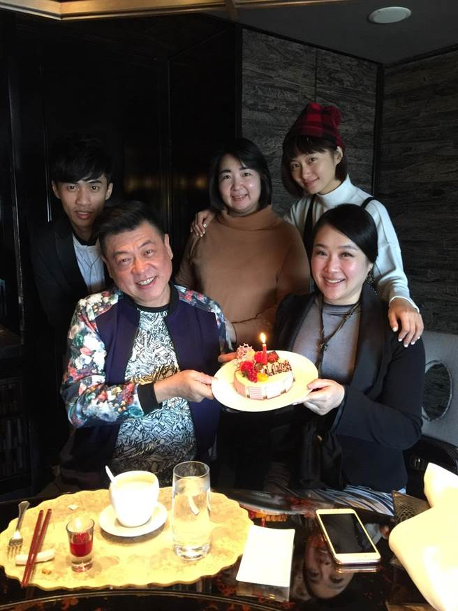 趙小僑及友人一起幫孫德榮慶56歲生日。(修毅提供)