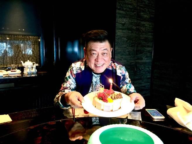 孫德榮開心過56歲生日。(修毅提供)