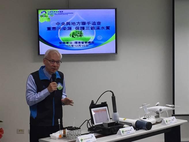 環署督察總隊長蕭清郎介紹自行研發的監測設備。(洪安怡攝)