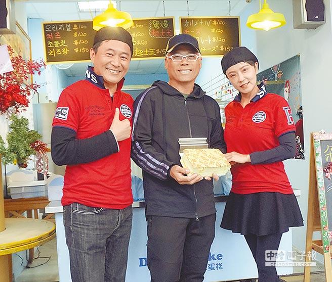 湯志偉(左)和老婆Juby開古早味蛋糕店,巫啟賢(中)昨特地捧場。