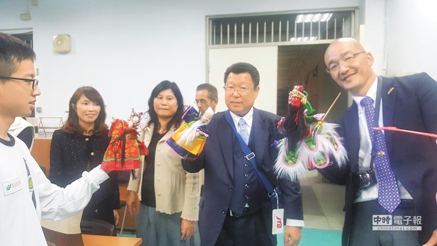 永豐高中老師與日校老師共同體驗布袋戲。(永豐高中提供)