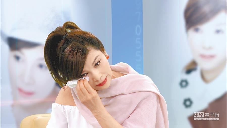 蔡秋鳳憶起小時候家裡貧困痛哭。