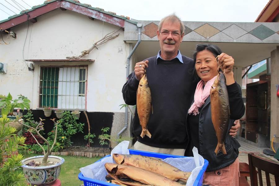 马丁夫妇将七股盛产的虱目鱼烟熏后,金黄色的光泽令人垂涎。(庄曜聪摄)