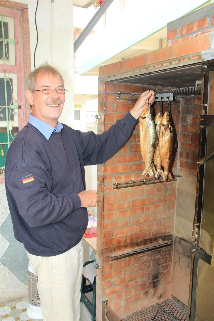 马丁是机械工程师,他用自制的壁炉熏制家乡口味食物。(庄曜聪摄)