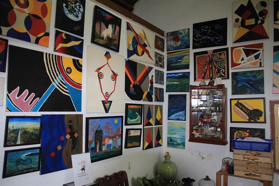 马丁夫妻家中挂满两人的绘画作品。(庄曜聪摄)