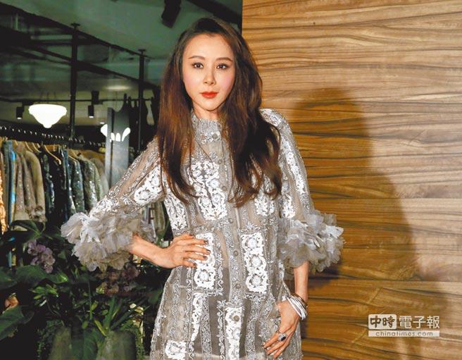 蕭薔昨穿設計師溫慶珠的服飾出席美術館開幕活動。(粘耿豪攝)