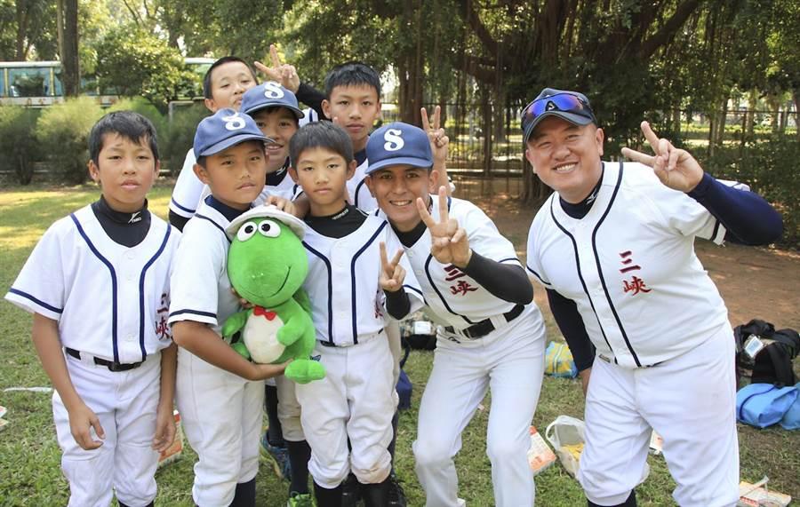 三峽社區少棒隊,是諸羅山盃少棒賽首支參加的社區棒球隊,今年終於拿下首勝。(周鎮宇攝)
