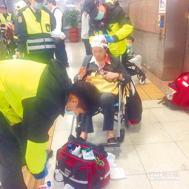 手扶梯害3人傷 台鐵:負載過重(張立勳翻攝)