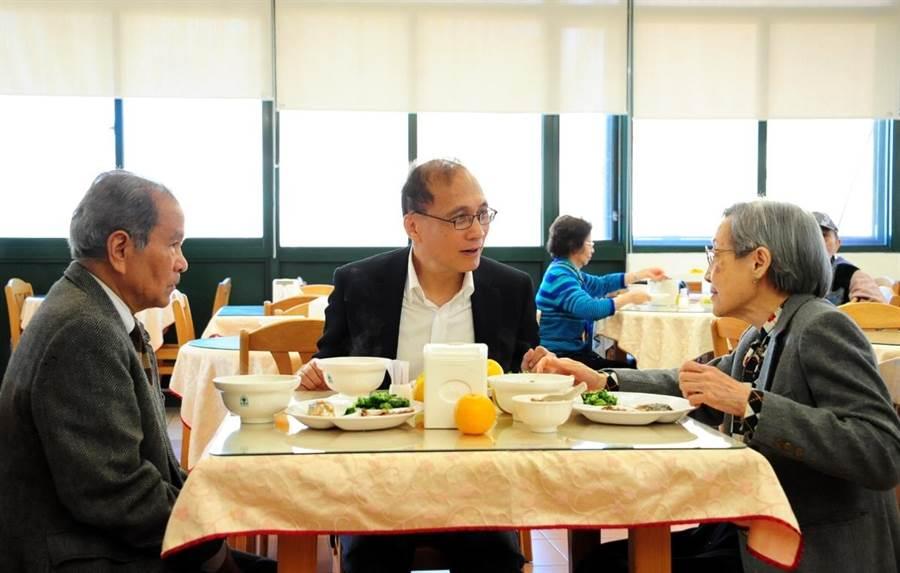 行政院長林全18日前往新北市三芝區雙連安養中心,了解該中心長照服務,並與安養中心長者一同用餐。(行政院提供)