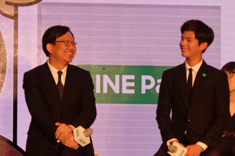中信LINE Pay聯名卡請到朴寶劍站台,中信銀信用金融執行長劉奕成(左)開玩笑說坐在男神朴寶劍(右)身邊特別緊張。(魏喬怡攝)