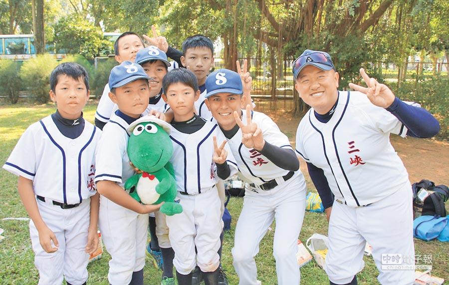 三峽社區少棒隊參加諸羅山盃比賽,以開心打球為主要目標,教練與球員們也都玩在一起,相當開心。(周鎮宇攝)
