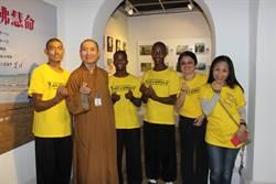 近百名畫家捐畫 台南義賣救助非洲童