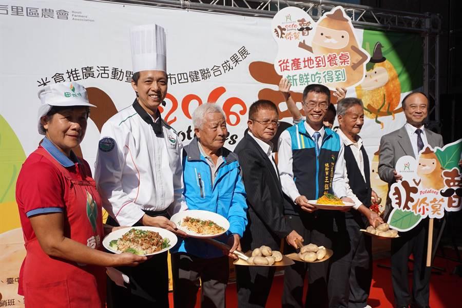 全國大飯店主廚李坤昌,使用「麵條三兄妹」烹調出芋香肉燥拌麵,總幹事王鈺州(右三)讚不絕口。(陳淑娥攝)