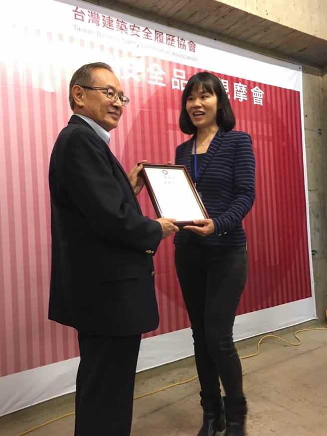 中麗建設董事長林秀梅頒給亞東預拌混凝土總經理陳正平建築安全履歷認證書。