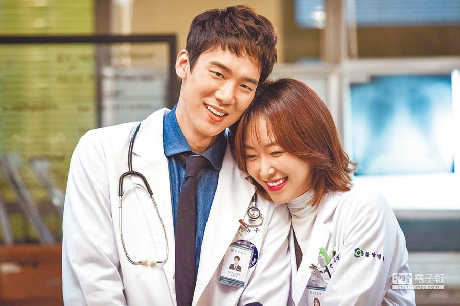 柳演錫(左)和徐玄振在《浪漫醫生金師傅》中歷經10幾集的磨合,感情開始更進一步。