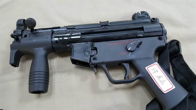 警方在陳嫌身上起獲德製的MP5K短衝鋒槍能短距離大火力發揚,射程高達260公尺,火大強大。(張妍溱翻攝)