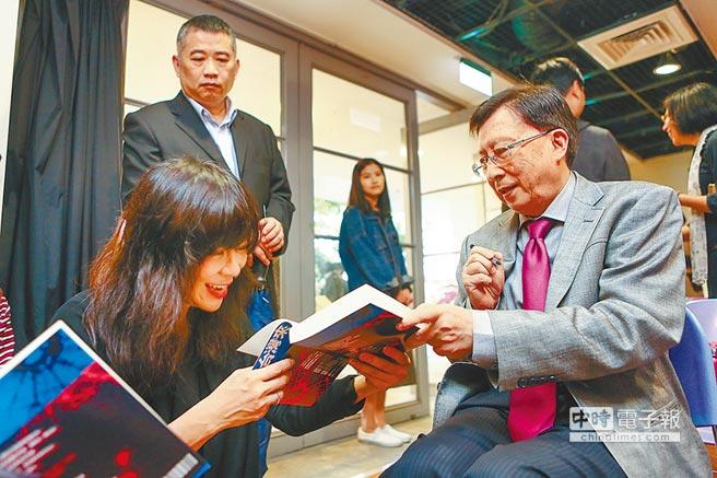 筆名上官鼎的前行政院長劉兆玄(右),推出新書《從台灣來》,作家陳玉慧(左)情義相挺。(鄧博仁攝)