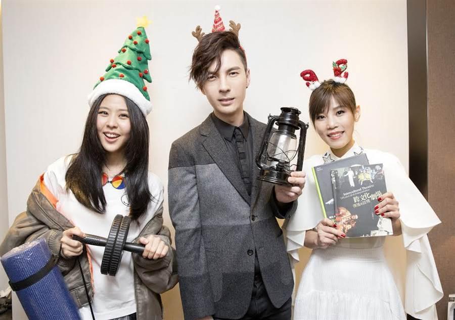 Erika(左起)、陳勢安、李佳薇在後台玩交換禮物。(華納唱片提供)