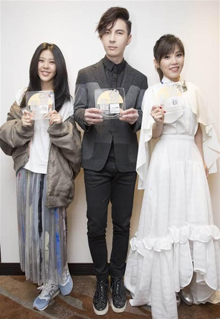 Erika(左起)、陳勢安、李佳薇入圍最強音。(華納唱片提供)