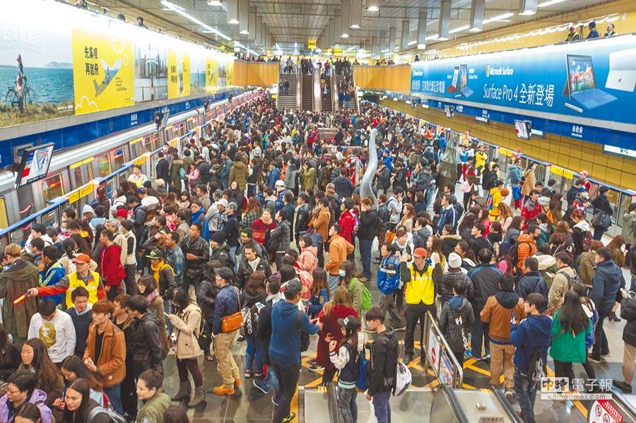 北市府每年舉辦跨年晚會都吸引數十萬民眾前往,台北捷運也會湧進大量散場返家的民眾。圖為2016跨年晚會散場情況。(本報資料照片)