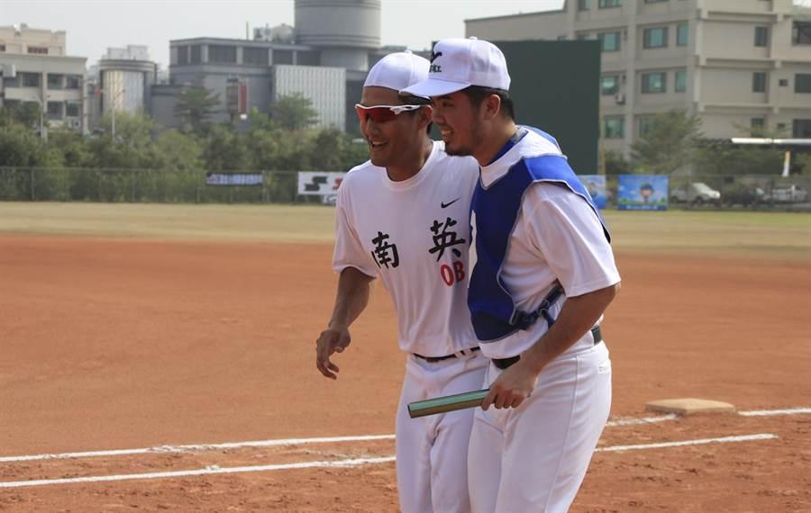 郭嚴文(右)與林哲瑄(左)今在南英OB賽進行兩人三腳比賽。(周鎮宇攝)