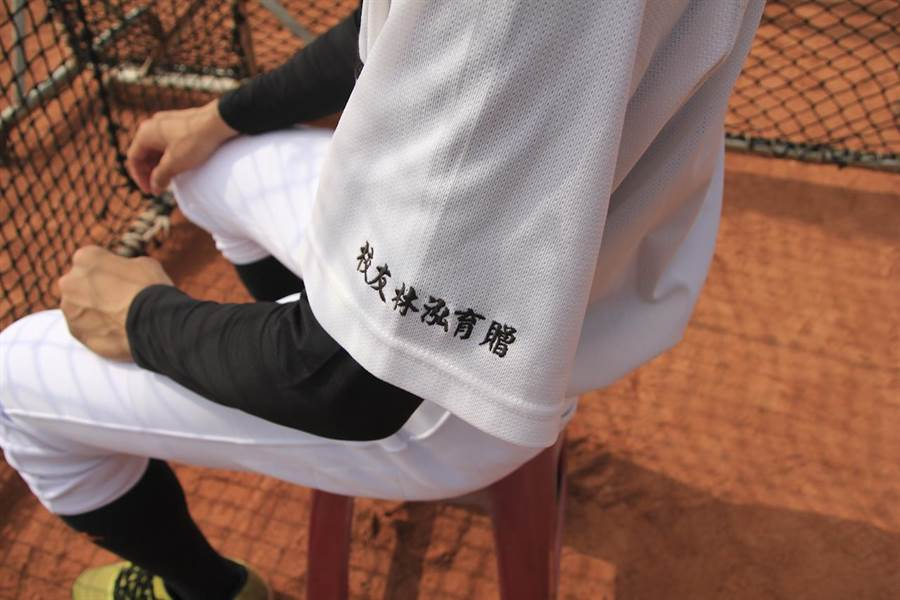 Lamigo桃猿林泓育每年捐贈棒球必須品,回饋母校。(周鎮宇攝)