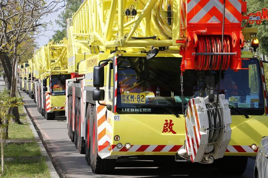 以數十部大型車輛組成的重機械車隊,從寶山鄉出發。(莊旻靜攝)
