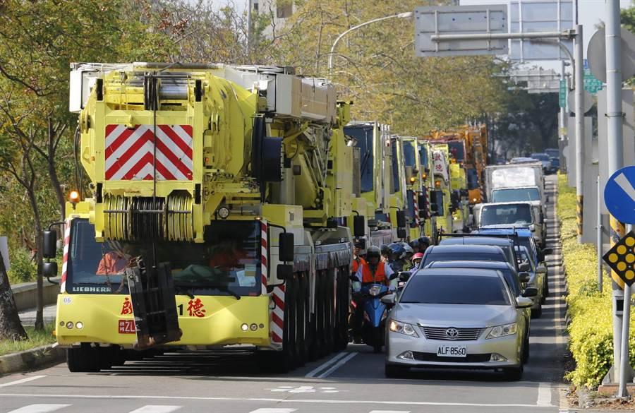 重機械車隊從寶山鄉出發,穿越園區到新竹市區,場面浩大壯觀。(莊旻靜攝)