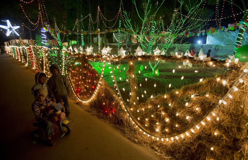 每当圣诞佳节到来,处处皆可见到美丽的圣诞灯饰及摆设。美联社(photo:ChinaTimes)