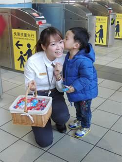 高鐵嘉義站慶耶誕 站務員巧扮天使送甜蜜