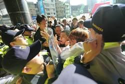 核食公聽會新北場 反核食民眾抗議推擠