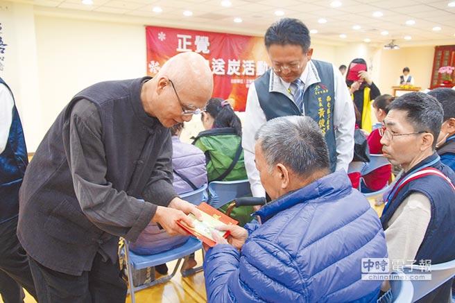 佛教正覺同修會舉辦「正覺雪中送炭」關懷弱勢,駐會常務理事陸正元發放善款。(陳淑芬攝)