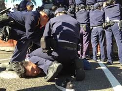 反同團體衝撞立院大門 遭警以束帶制伏