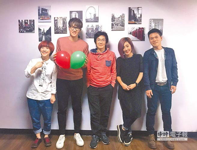 導演魏德聖(左3起)、米非、舒米恩和影迷歡度平安夜。(威視提供)