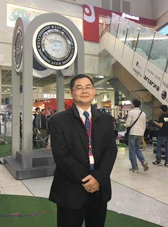 Global Mall與台鐵合作「旅人鐘塔」 整點響起
